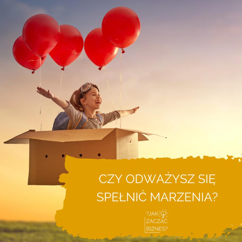 """dziecko lecące w kartonie z balonami z napisem """"Czy odważysz się spełnić marzenia?"""""""